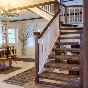 Portaat toteutettuna uudisrakennukseen. Vuonna 2013 valmistuneeseen kohteeseen haluttiin portaat, jotka toimivat sisustuselementtinä, kestävät aikaa sekä sopivat perinteikkäiseen sisustukseen. Portaissa mäntyrunko ja askelmat koivusta, pintakäsittely puuvahalla.