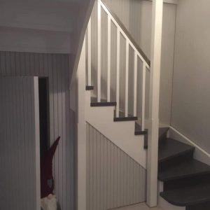 Valmiit portaat ja niiden alle toteutettu komero